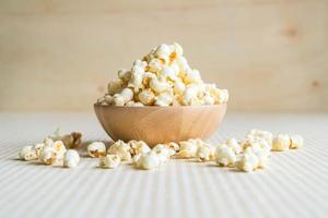 ciotola di popcorn al caramello sul tavolo