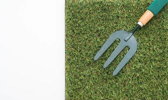 piccolo rastrello da giardino sull'erba