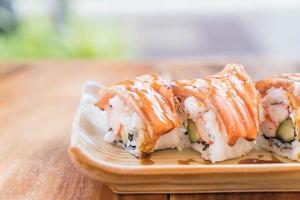 maki di salmone con salsa teriyaki foto