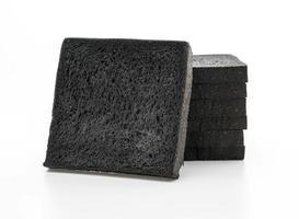 pane al carbone su sfondo bianco