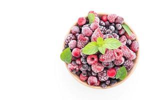 frutti di bosco misti congelati su sfondo bianco