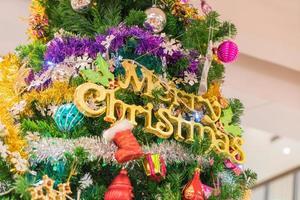primo piano di un albero di natale con ornamenti
