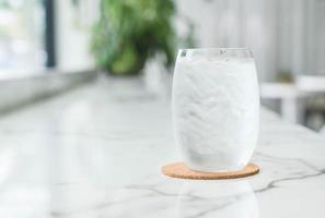 un bicchiere d'acqua foto