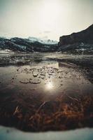 acqua ghiacciata e pezzi di ghiaccio in un lago ghiacciato