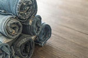 pila di jeans sul pavimento di legno