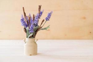statice e caspia fiori su fondo in legno