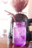 bevanda ghiacciata in un bicchiere viola