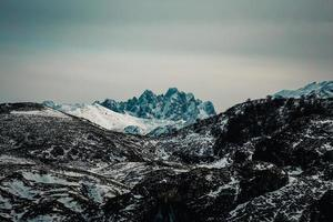 picco massiccio e rischioso nella montagna foto