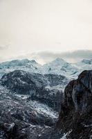 primo piano della catena montuosa durante l'inverno