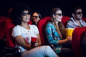 giovani amici che guardano un film in 3d foto