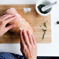 mani dello chef e carne cruda, preparando per l'arrosto