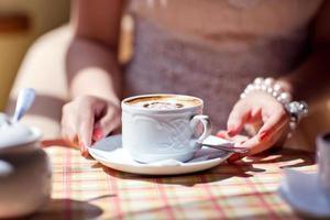 tazza di caffè nelle mani della sposa foto