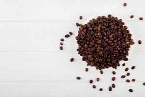 vista dall'alto di chicchi di caffè su uno sfondo bianco