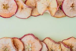 vista dall'alto di fette di mela essiccate con copia spazio