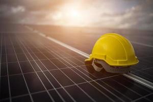 casco di sicurezza giallo sul pannello solare