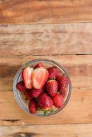 frutta fresca su uno sfondo di legno