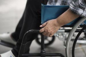 primo piano di una persona su una sedia a rotelle foto