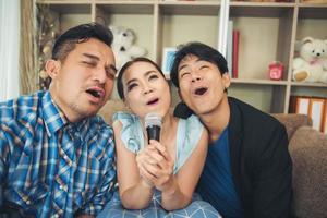 gruppo di amici che cantano una canzone insieme nel loro soggiorno