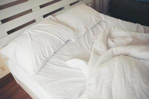 lenzuola stropicciate in camera da letto