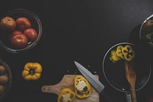verdure fresche su fondo di legno nero