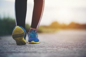 primo piano di scarpe da corsa su strada