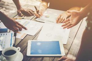 gruppo di uomini d'affari analizza i grafici alla riunione foto