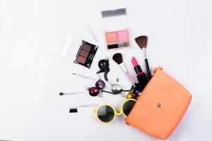vista dall'alto di una borsa per il trucco con prodotti di bellezza foto