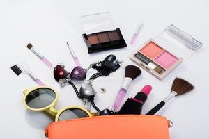 vista dall'alto di una borsa per il trucco con prodotti di bellezza