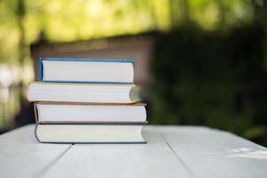 pila di libri sullo sfondo della natura