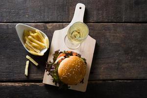 hamburger di pollo fatto in casa con champagne e patatine fritte foto