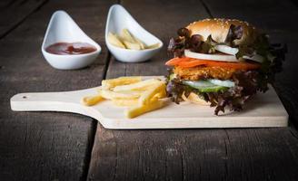 hamburger fatti in casa rustici e patatine fritte con salsa di pomodoro