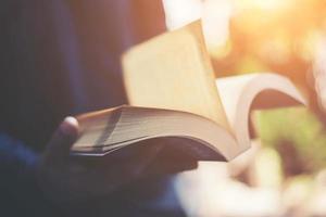 uomo che legge un libro nelle sue mani