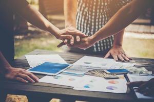 affari mettendo le mani insieme per rappresentare il lavoro di squadra