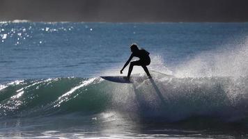 persona che guida la tavola da surf sul barile d'acqua