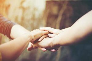squadra di affari abbraccia con le mani