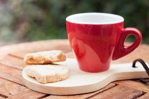 biscotti di anacardi con una tazza di caffè