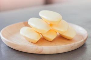 biscotti su un piatto di legno