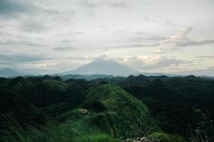vista di una montagna sopra gli alberi
