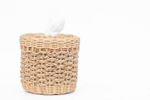scatola di tessuto intrecciato con copia spazio su uno sfondo bianco