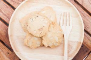 vista dall'alto di biscotti di anacardi su un piatto di legno