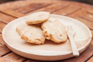 primo piano di biscotti di anacardi su un piatto di legno