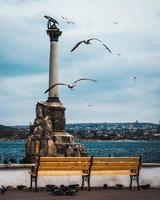 monumento di cemento grigio in riva al mare foto