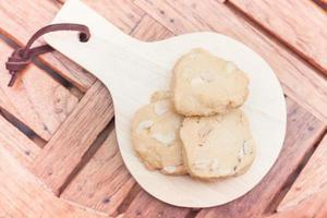 vista dall'alto di biscotti di anacardi su un vassoio di legno