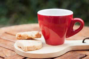 biscotti di anacardi con una tazza di caffè rossa