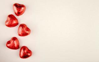caramelle a forma di cuore su uno sfondo bianco con copia spazio