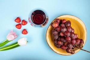 vista dall'alto di una ciotola di uva e vino