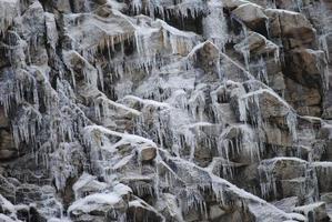 ghiaccioli sulle rocce