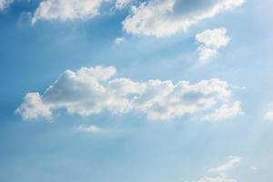 cielo blu con nuvole bianche