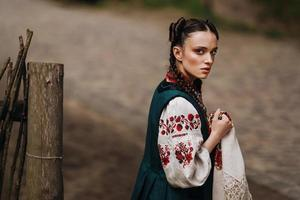 affascinante ragazza in abito tradizionale ucraino sta camminando