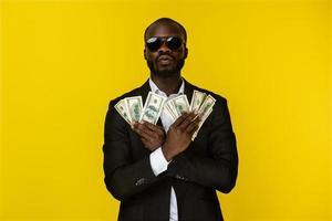 ragazzo con in mano un sacco di soldi